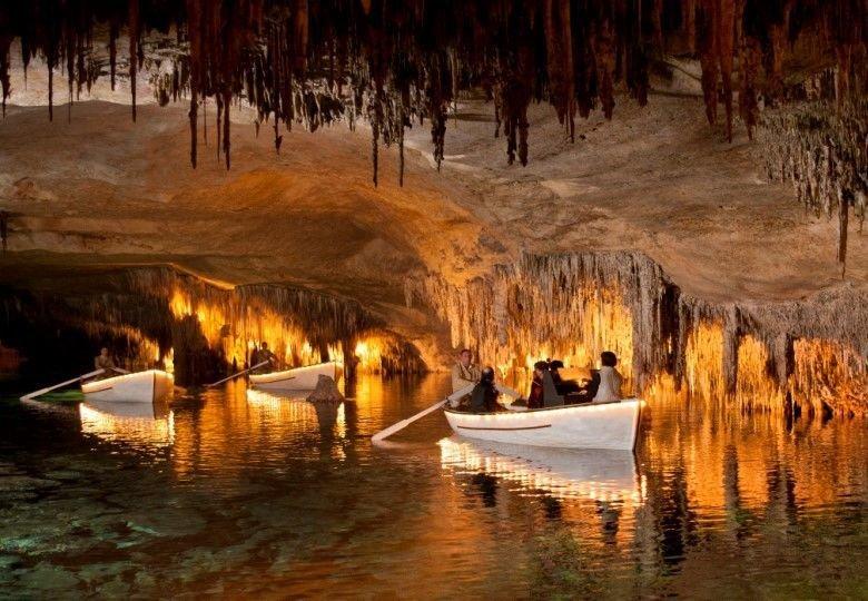Boote in den Höhlen