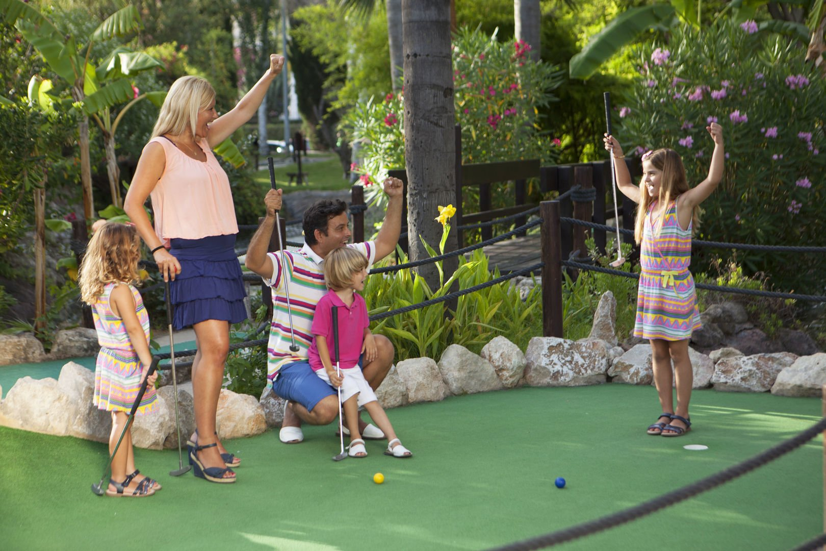 Familie hat viel Spaß in Golf Fantasia