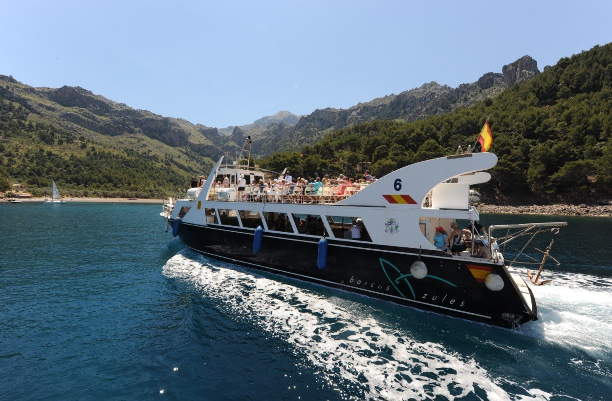 boat arriving at cala tuent
